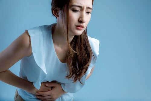 Een vrouw met buikpijn