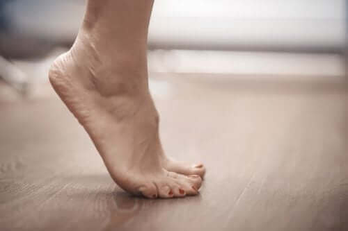Een vrouw staat op haar tenen