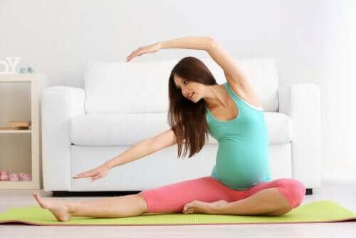 Een zwangere vrouw die prenatale yoga doet