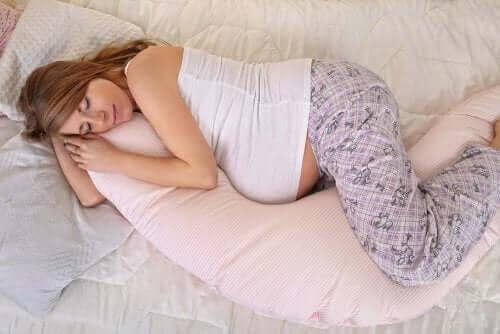 Een zwangere vrouw slaapt
