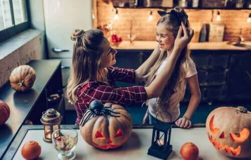 Moeder maakt kind klaar voor halloween