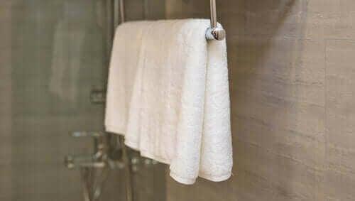 Schone handdoeken in een badkamer
