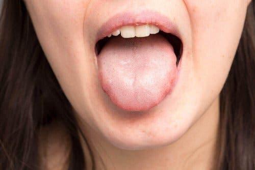 Vrouw steekt tong uit