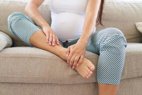 Vrouw met botpijn tijdens de zwangerschap