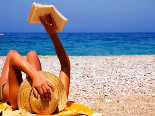 Vrouw ligt een boek te lezen