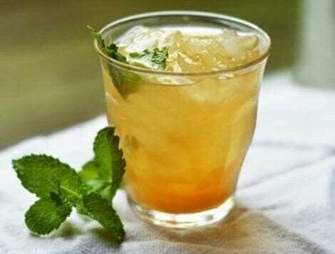 een glas ijsthee van sinaasappel en kaneel