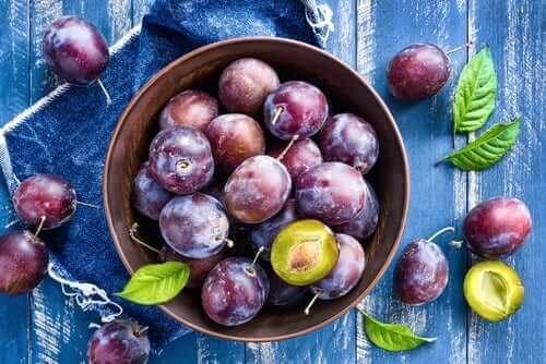 Fruitsalades met pruimen en verse kruiden