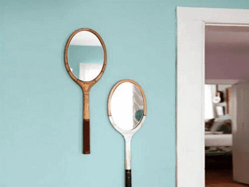 Spiegels aan de muur