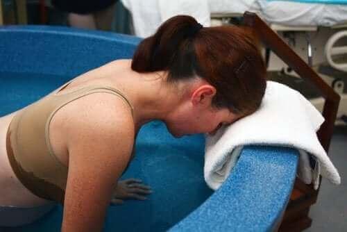Vrouw aan het bevallen in een bad
