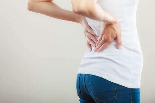 Een vrouw met lage rugpijn