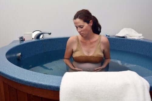Alles wat je moet weten over een waterbevalling