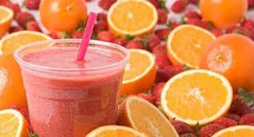 Zomerse drankjes met sinaasappel en aardbei