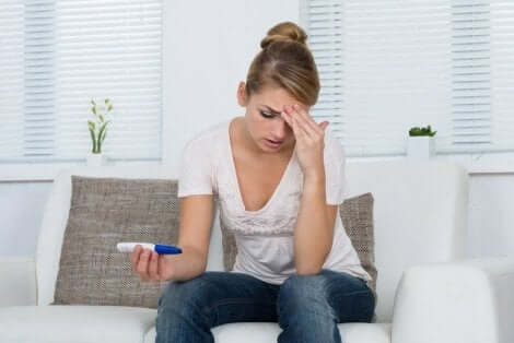 Bezorgde vrouw na het doen van een zwangerschapstest