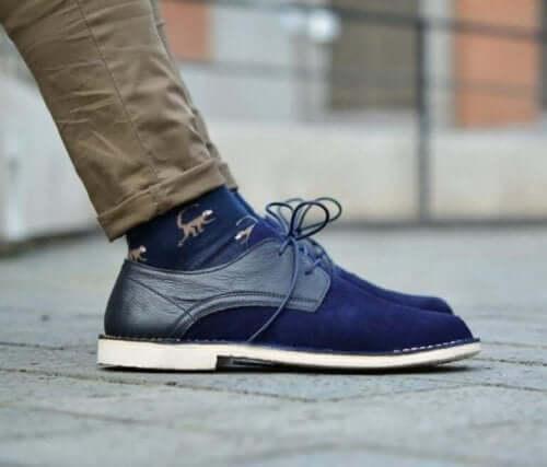 Een man met blauwe schoenen