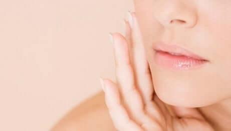 Close-up op de kin en de lippen van een vrouw