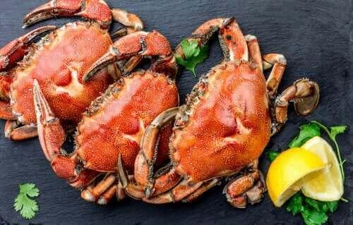 Drie rode krabben