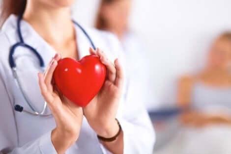 Een dokter met een plastic hart