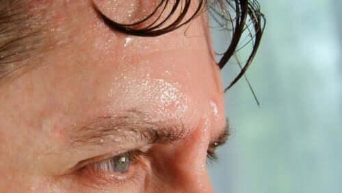 Een man die erg zweet