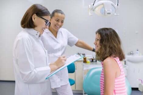 Een meisje met twee vrouwelijke artsen