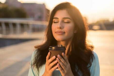 Een ontspannen vrouw die koffie drinkt