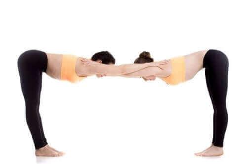 Uttanasana pose yoga voor koppels