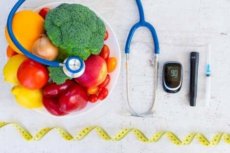 Instrumenten voor diabeteszorg naast een schaal met fruit en groenten