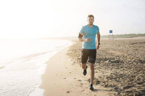 Man op het strand aan het joggen