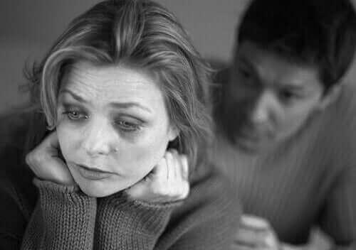 Vrouw met depressie met haar partner achter haar