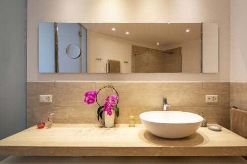 Orchideeën in een badkamer