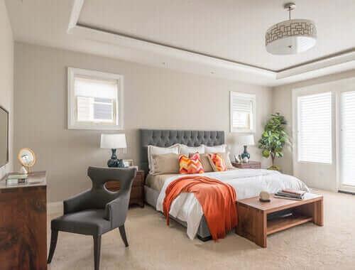 Een lichte en nette slaapkamer