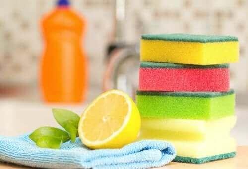 Sponzen en een doek en citroen