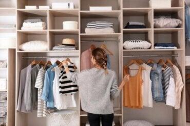 Voorkomen dat kleding zich ophoopt in je kast: tips
