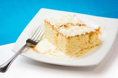Tres leches cake op een bord