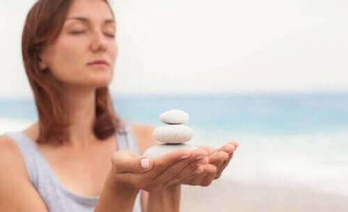 Vrouw met witte stenen
