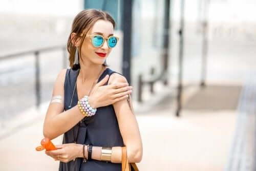 Vrouw met een zonnebril