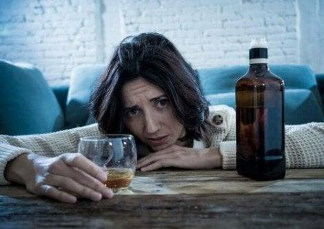 Vrouw drinkt alcohol