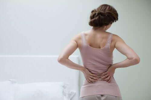 Vrouw met pijn aan onderrug