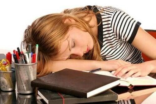 Vrouw slaapt op haar bureau