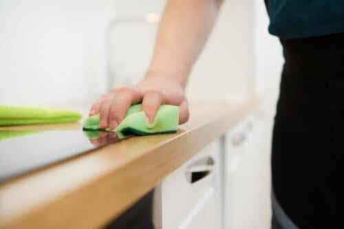 Maak een meubelreiniger met slechts 3 ingrediënten