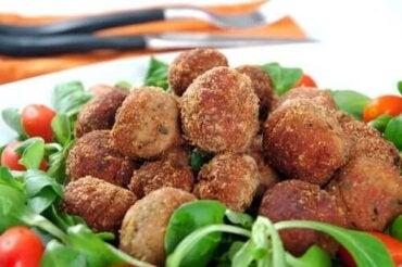 Gehaktballetjes van heek en garnalen in groene saus