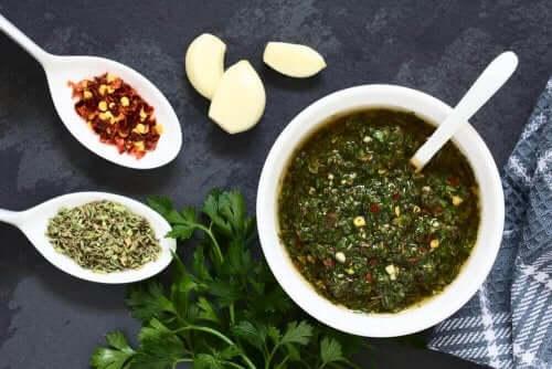 Gehaktballetjes van heek en garnalen en groene saus