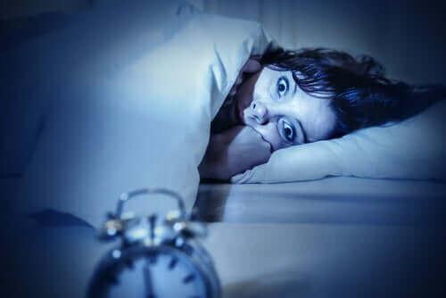 Vrouw kan niet bewegen als ze wakker wordt