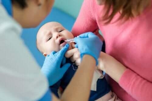 Een baby die een oraal poliovaccin krijgt