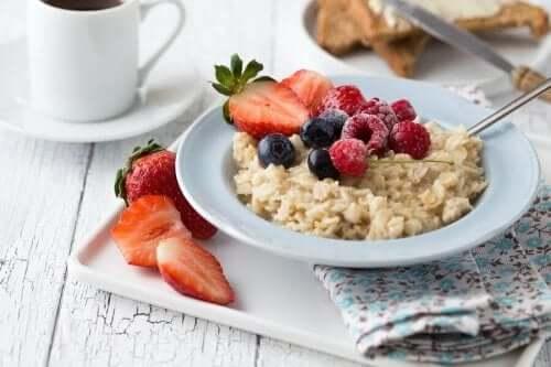 Een gezond ontbijt van haver met fruit er bovenop