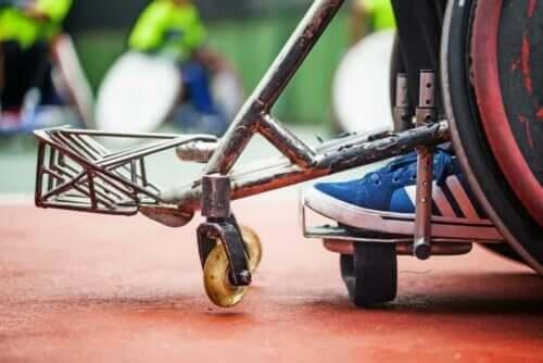 Een kind in een rolstoel