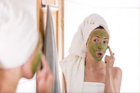 Een vrouw met een gezichtsmasker