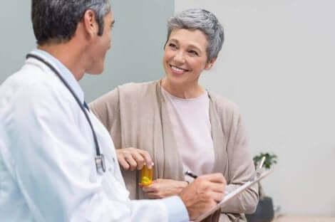 Een vrouw praat met haar dokter