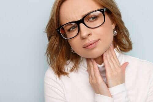 Gezwollen stembanden: oorzaken, symptomen en behandelingen