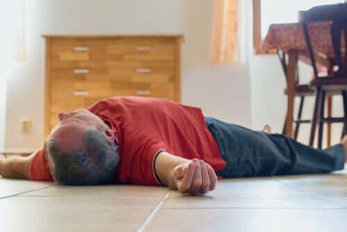 Man ligt bewusteloos op de grond