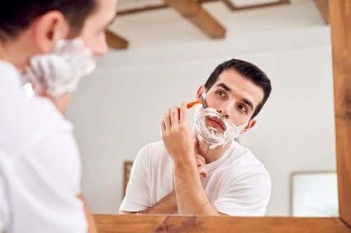 Man met scheerschuim op zijn gezicht